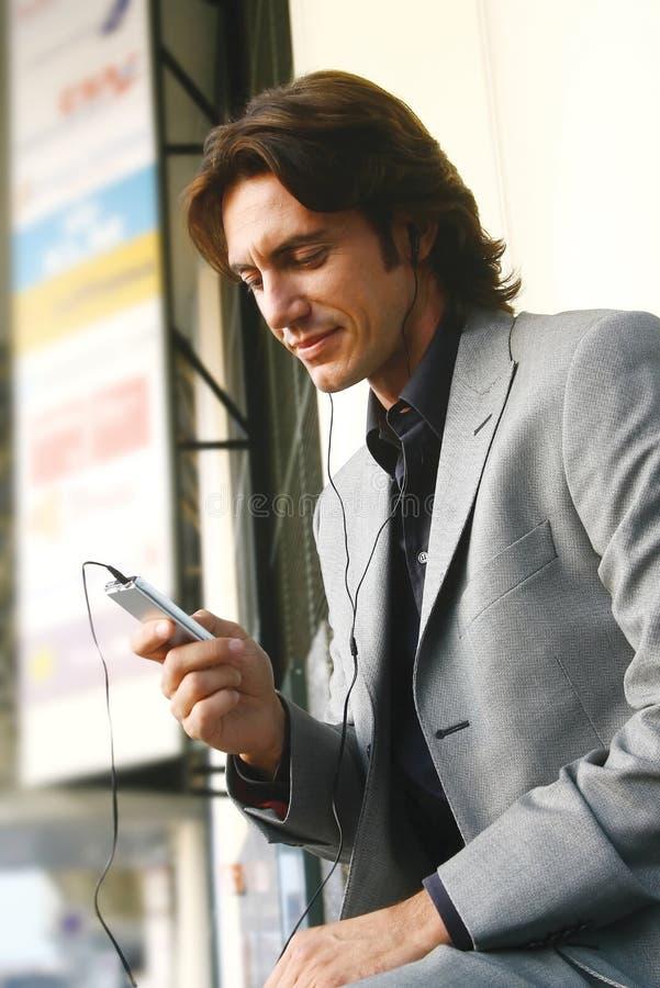 Mężczyzna słuchające piosenki z mp3 ks obrazy royalty free