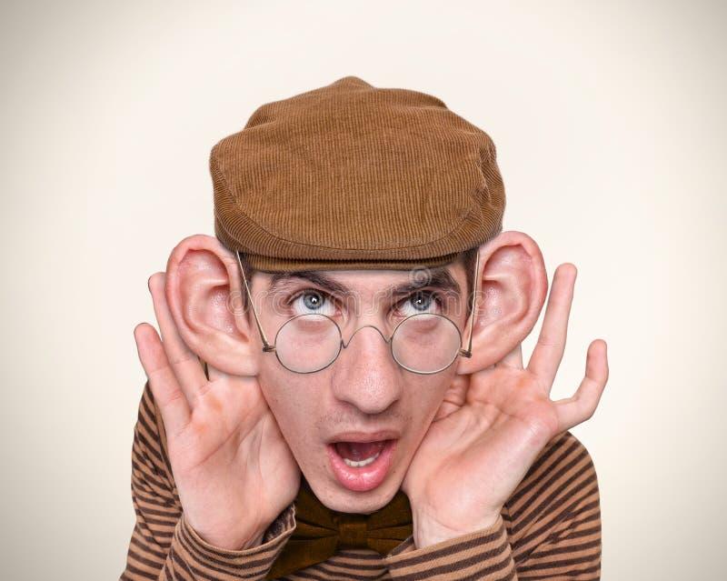 Mężczyzna słuchanie z dużymi ucho. obraz stock