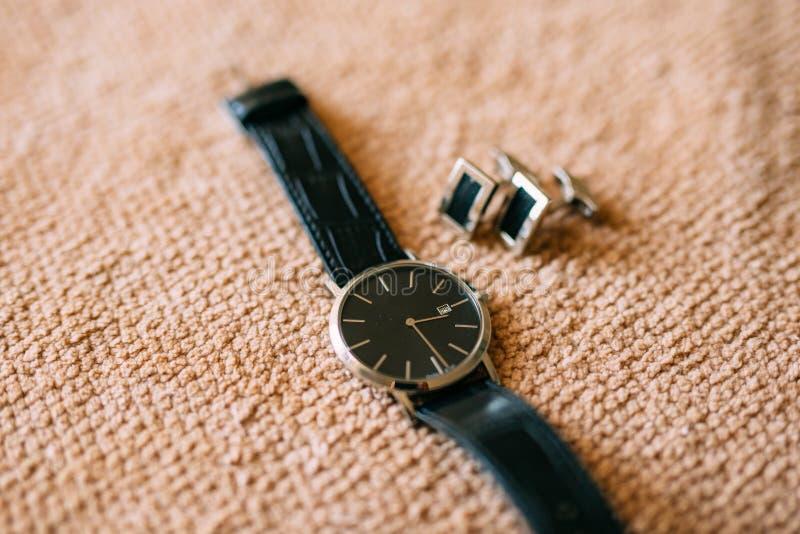 Mężczyzna ` s akcesoria: Mężczyzna ` s motyl, buty, zegarki zdjęcie royalty free