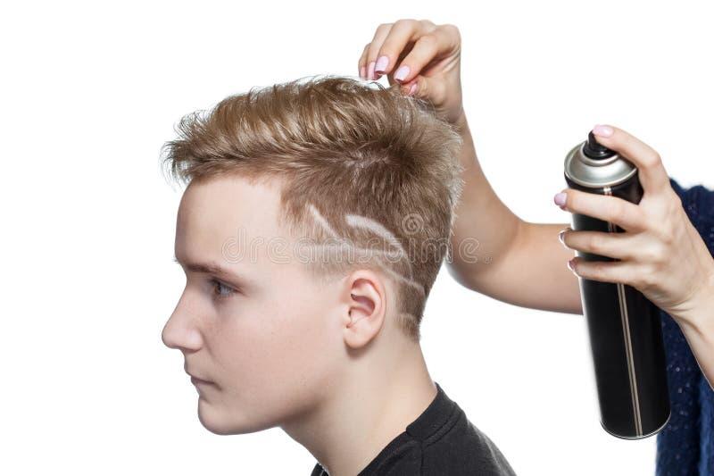 Mężczyzna ` s kreatywnie ostrzyżenie w piękno salonie Włosiana opieka s i włosy obrazy stock