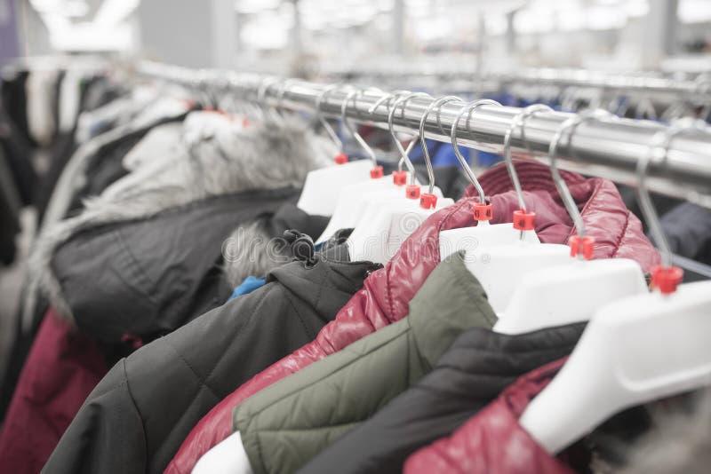 Mężczyzna ` s kurtki na wieszakach w sklepie zdjęcie stock