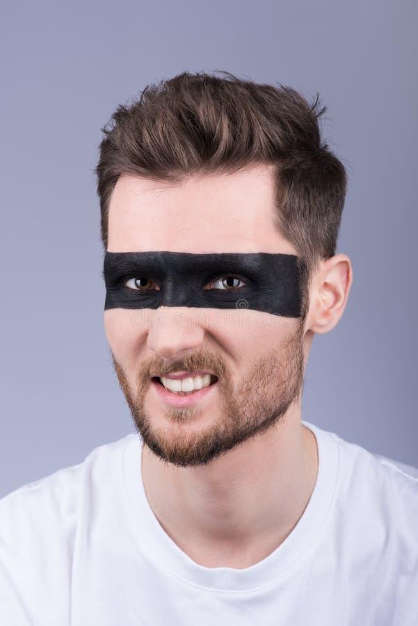 Mężczyzna ` s mody zbliżenia portret Wściekły wyrażenie na jego fa zdjęcie stock
