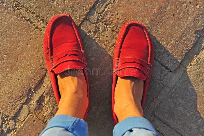 Mężczyzna ` s nogi w czerwonych kierpec zdjęcia royalty free