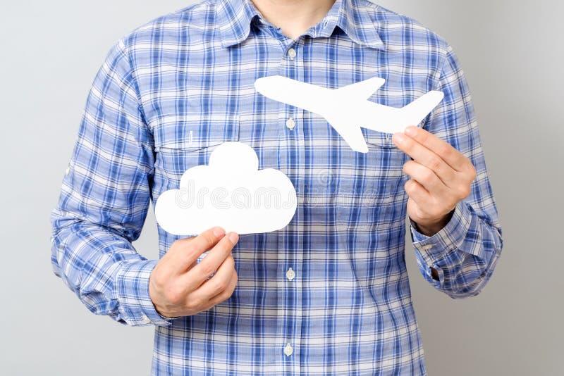Mężczyzna ` s ręka trzyma białego papieru modela samolot i chmura zdjęcia stock
