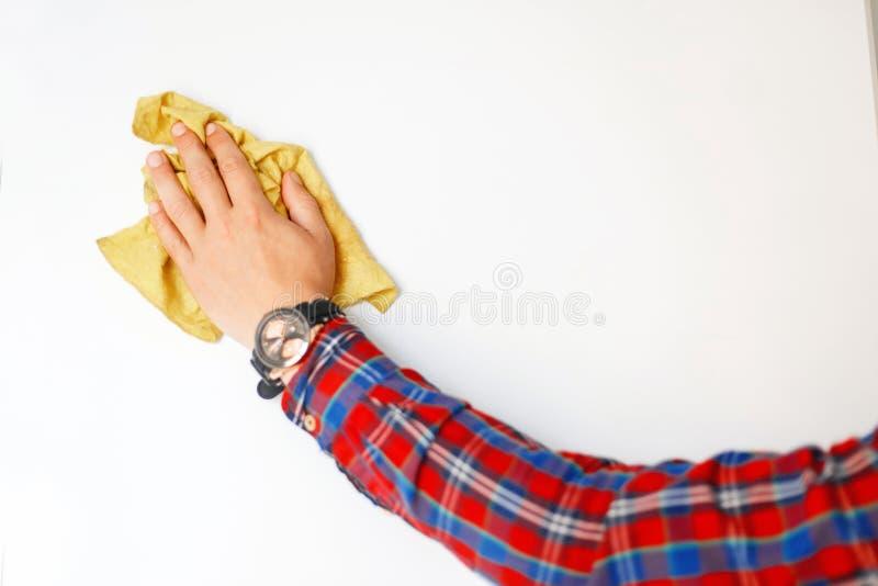 Mężczyzna ` s ręka z łachmanem wyciera białą deskę obrazy royalty free