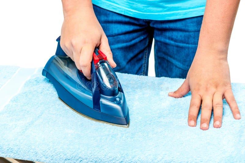 mężczyzna ` s ręki z żelazem gładzą ręcznika zdjęcia royalty free