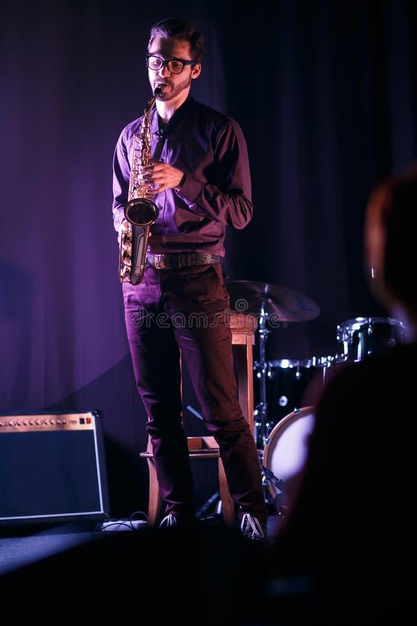 mężczyzna saksofon Silouette słuchacz w pierwszy rzędzie obrazy stock