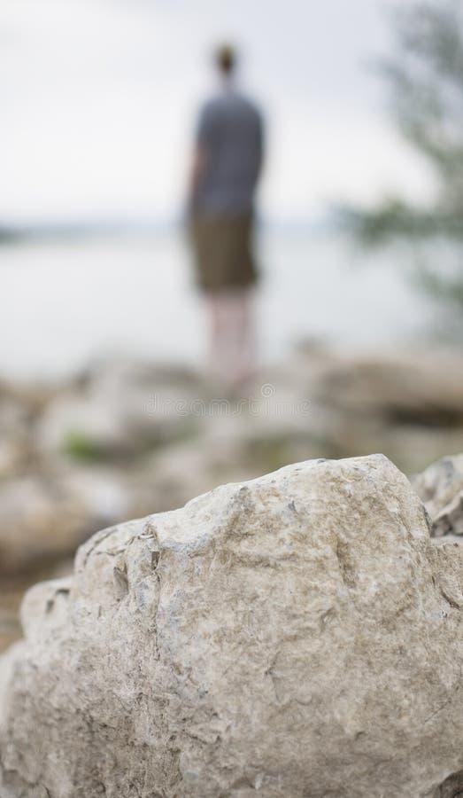mężczyzna samotni odlegli stojaki obraz stock