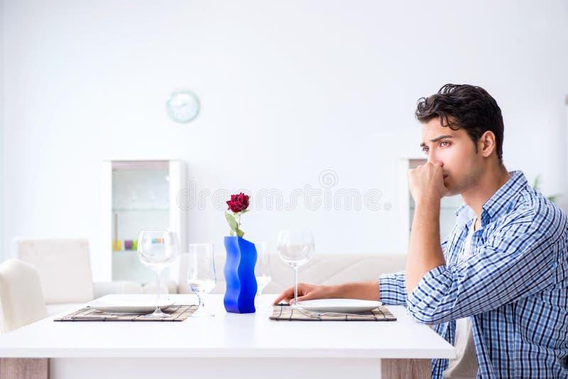 Mężczyzna samotny narządzanie dla romantycznej daty z jego sympatią zdjęcie royalty free