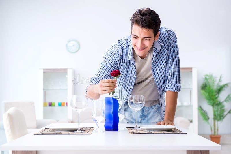 Mężczyzna samotny narządzanie dla romantycznej daty z jego sympatią zdjęcia stock