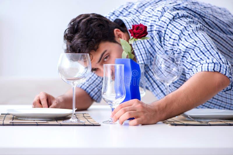 Mężczyzna samotny narządzanie dla romantycznej daty z jego sympatią zdjęcia royalty free