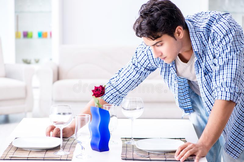 Mężczyzna samotny narządzanie dla romantycznej daty z jego sympatią fotografia stock