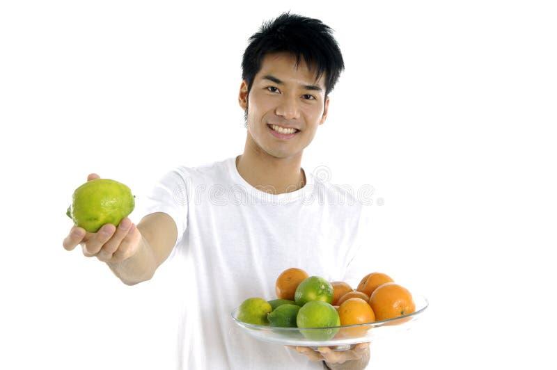 Mężczyzna seans owoc zdjęcia stock