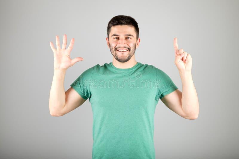 Mężczyzna seansu liczba palcami zdjęcie stock