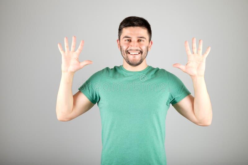 Mężczyzna seansu liczba palcami fotografia royalty free