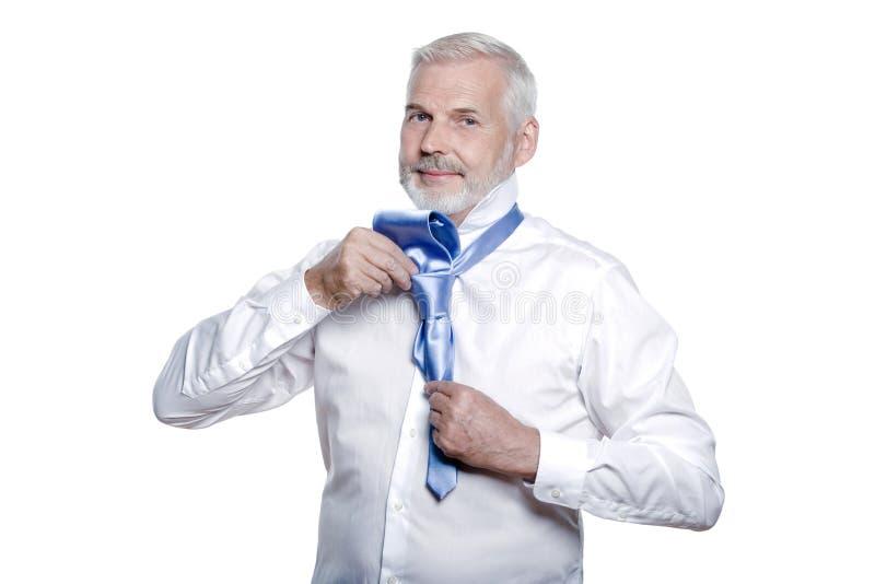 Download Mężczyzna Senior Dostaje Ubierający Wiążący Windsor Krawat Zdjęcie Stock - Obraz złożonej z odosobniony, krawat: 41955674