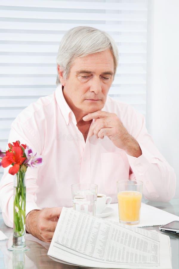 mężczyzna senior gazetowy czytelniczy zdjęcie royalty free