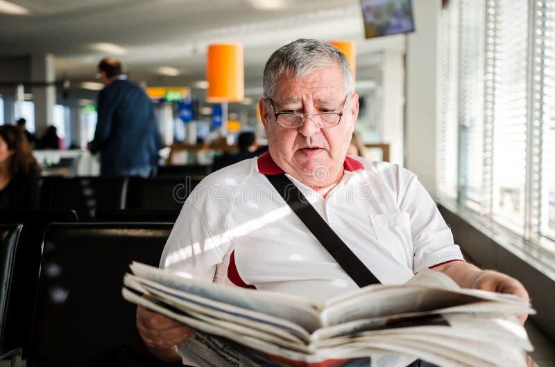 mężczyzna senior gazetowy czytelniczy obraz royalty free