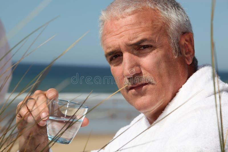 Mężczyzna siedział samotnie na plaży obraz royalty free