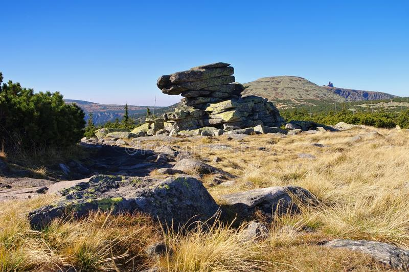 Mężczyzna skały w Gigantycznych górach zdjęcia stock