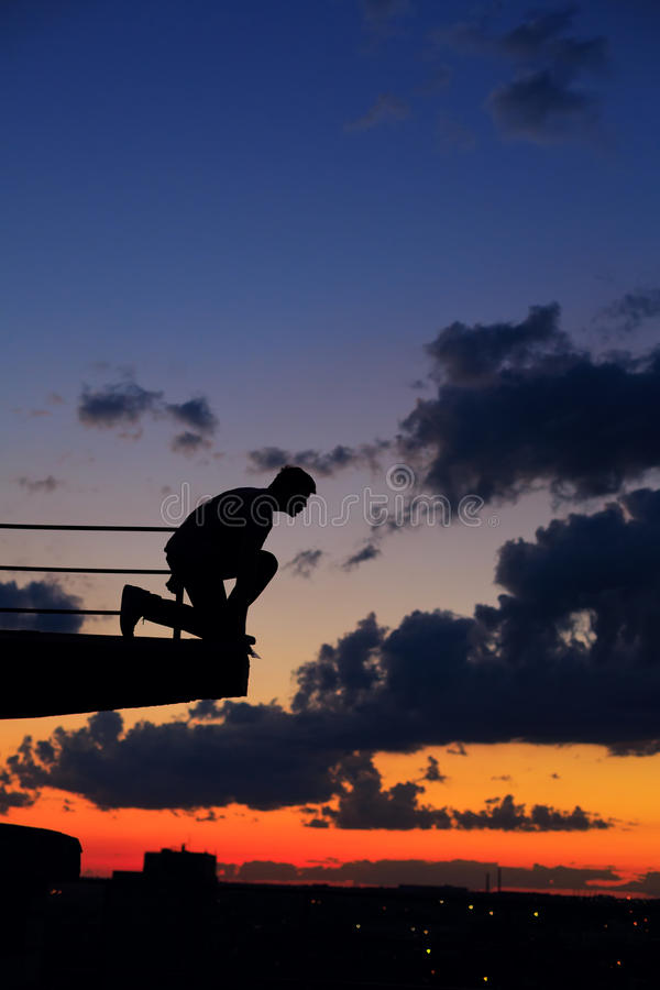 Mężczyzna skacze od krawędzi dach cloud słońca fotografia royalty free