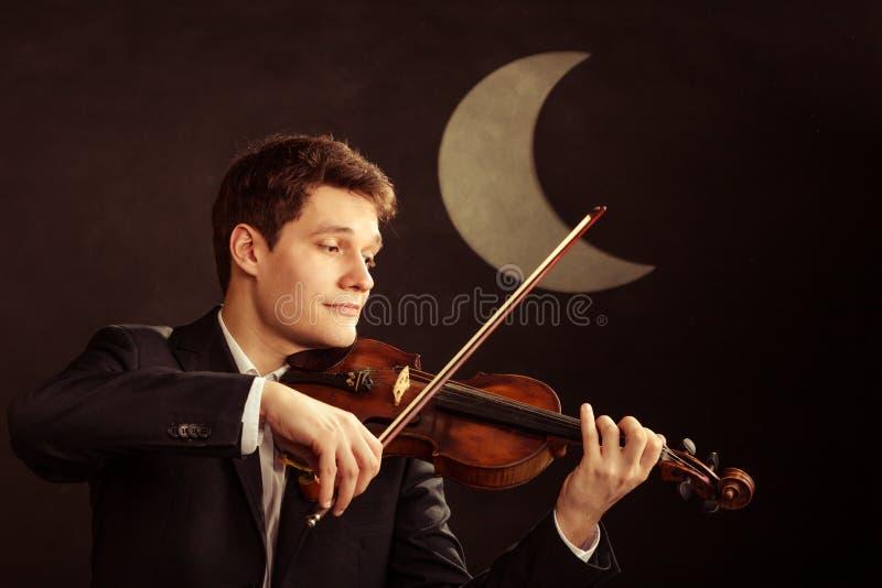 Mężczyzna skrzypaczka bawić się skrzypce. Muzyki klasycznej sztuka fotografia royalty free