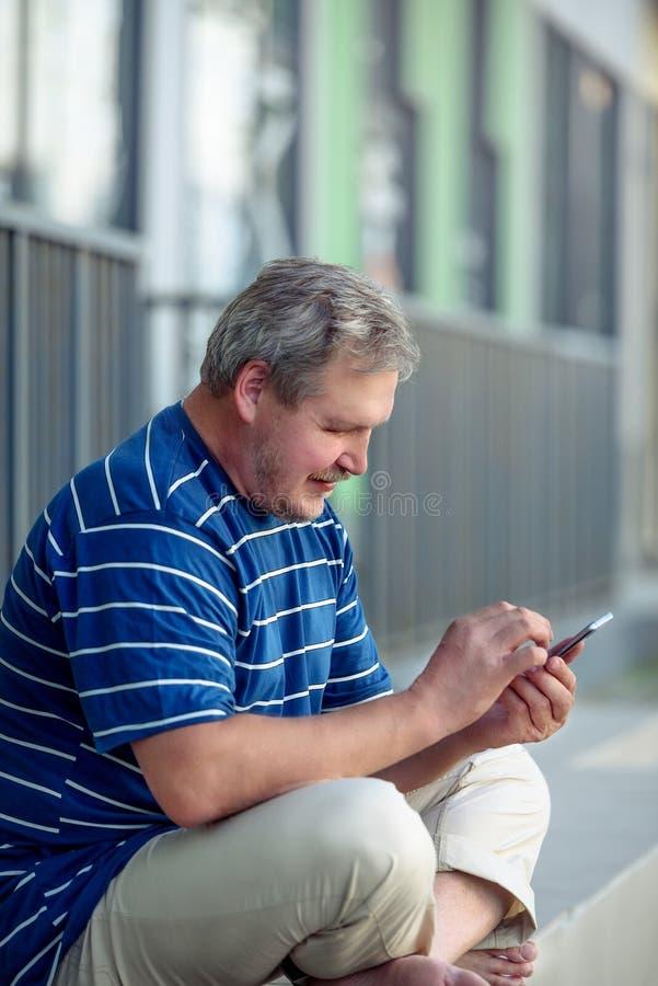 Mężczyzna, smartphone i miasto, - pojęcie nowożytny miastowy mężczyzna i użytkownik fotografia stock