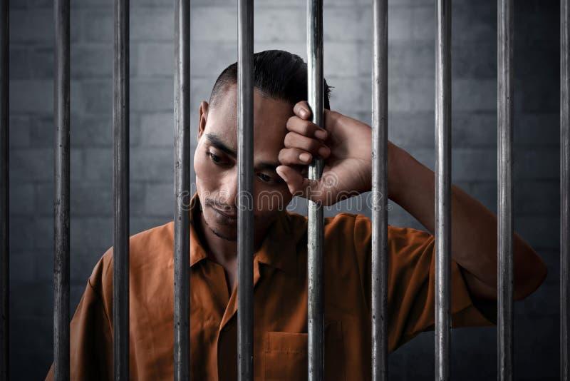 Mężczyzna smutny wyrażenie w więzieniu fotografia royalty free