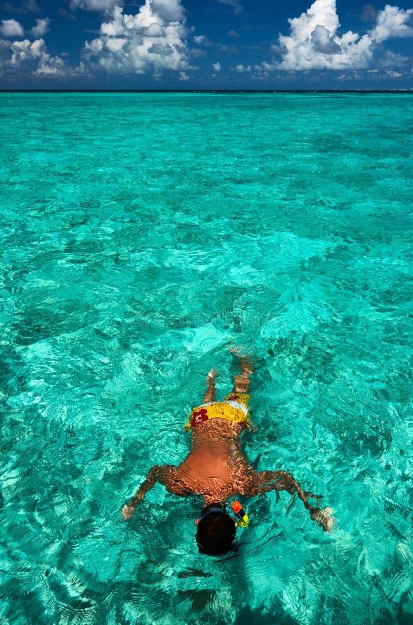 Mężczyzna snorkeling obrazy royalty free
