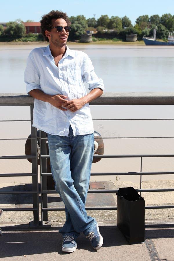 Mężczyzna spaceruje wzdłuż nabrzeża fotografia stock