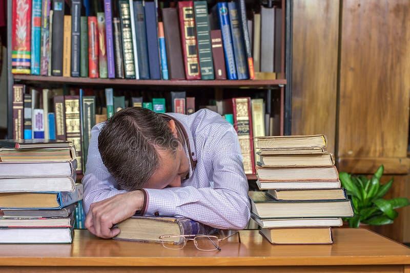 Mężczyzna spadał uśpiony podczas czytania zdjęcia stock