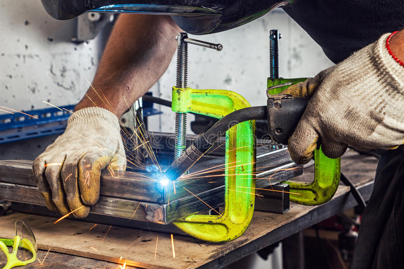Mężczyzna spawa metal spawalniczą maszynę obraz royalty free