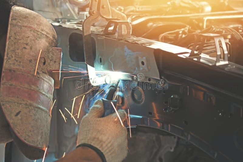 Mężczyzna spawacza automobilowa część zdjęcie royalty free