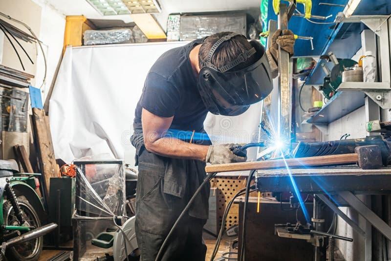 Mężczyzna spawki z spawalniczej maszyny metalem zdjęcie stock