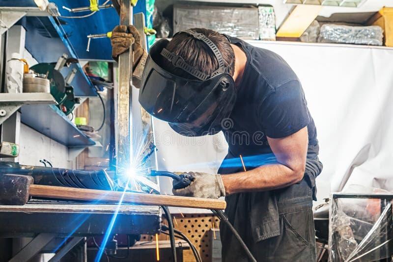 Mężczyzna spawki z spawalniczej maszyny metalem obrazy stock