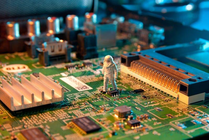 Mężczyzna sprawdzać integruję - obwody Pojęcie technologia obrazy stock
