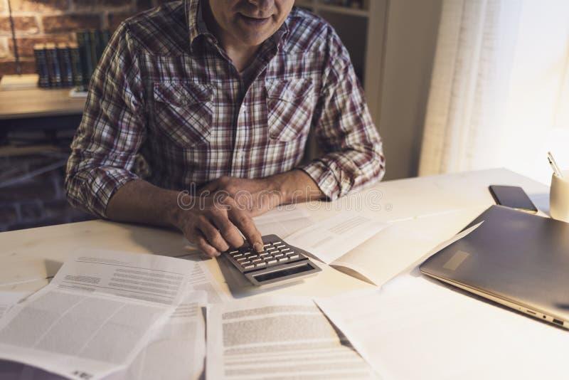 Mężczyzna sprawdza jego domowych rachunki obraz royalty free
