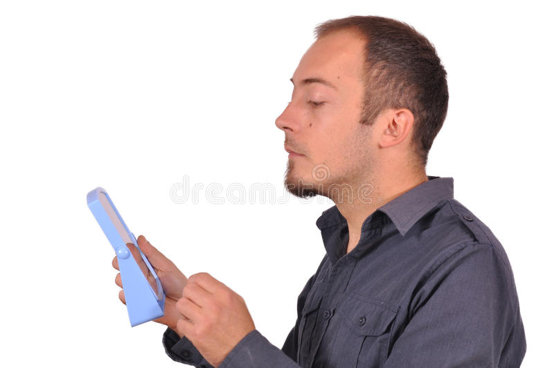 Mężczyzna sprawdza jego twarz w lustrze zdjęcie stock