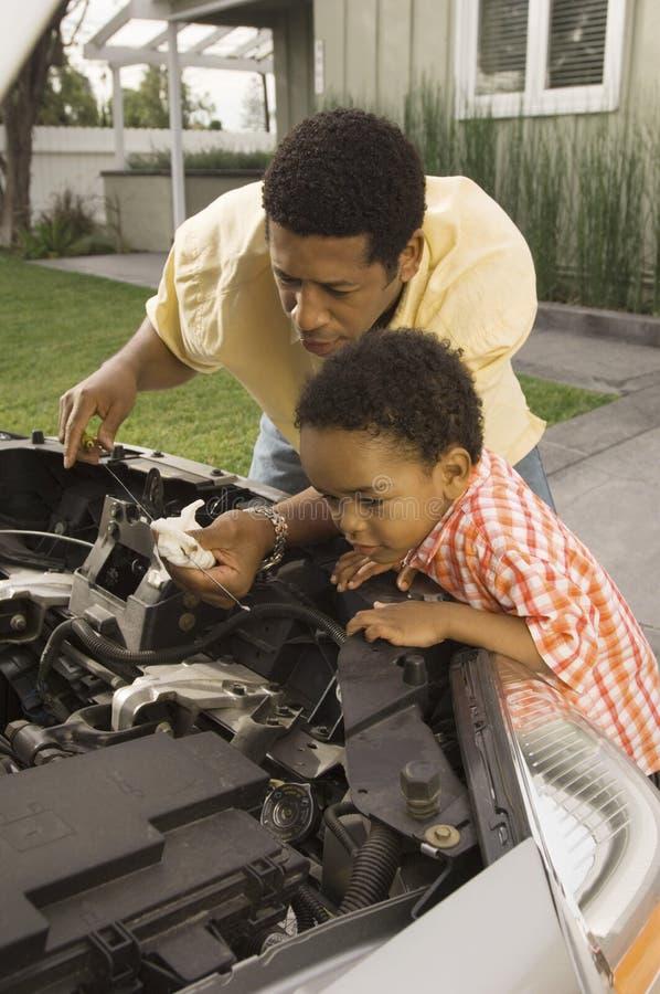 Mężczyzna Sprawdza Samochodowego Parowozowego olej zdjęcie stock