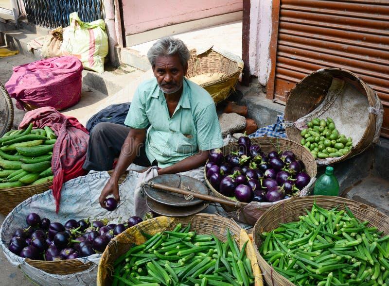 Mężczyzna sprzedaje świeżych warzywa przy rynkiem w Delhi, India zdjęcie royalty free