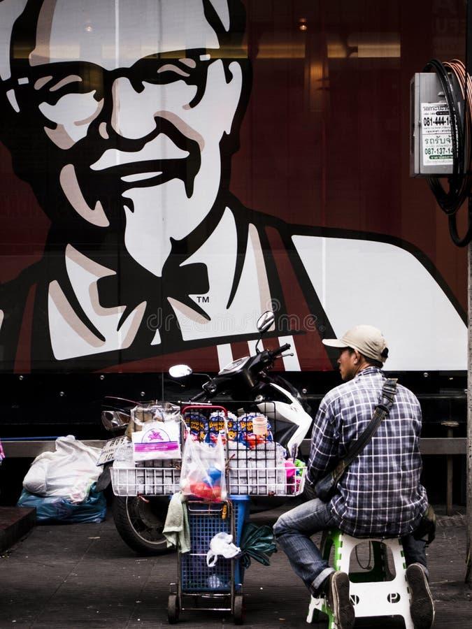 Mężczyzna sprzedaje faszeruje na ulicy stronie zdjęcie stock