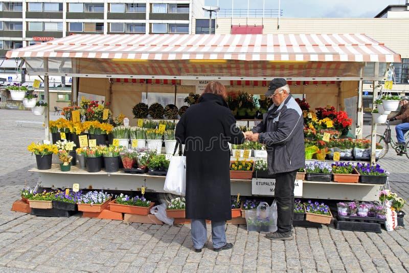 Mężczyzna sprzedaje kwiaty plenerowych w Turku, Finlandia obraz royalty free