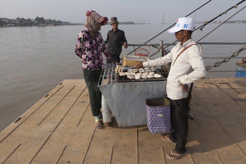 Mężczyzna sprzedaje smażących banany przy ferryboat w Kambodża zdjęcie stock