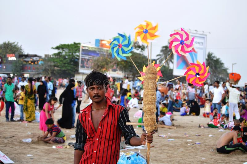 Mężczyzna Sprzedaje Wielo- koloru Pinwheel