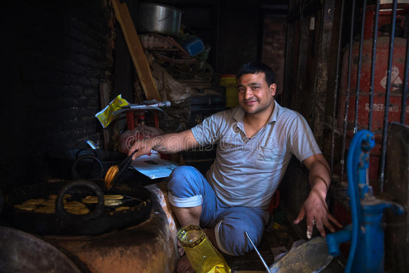 Mężczyzna sprzedawanie Uliczny karmowy Kathmandu obrazy stock