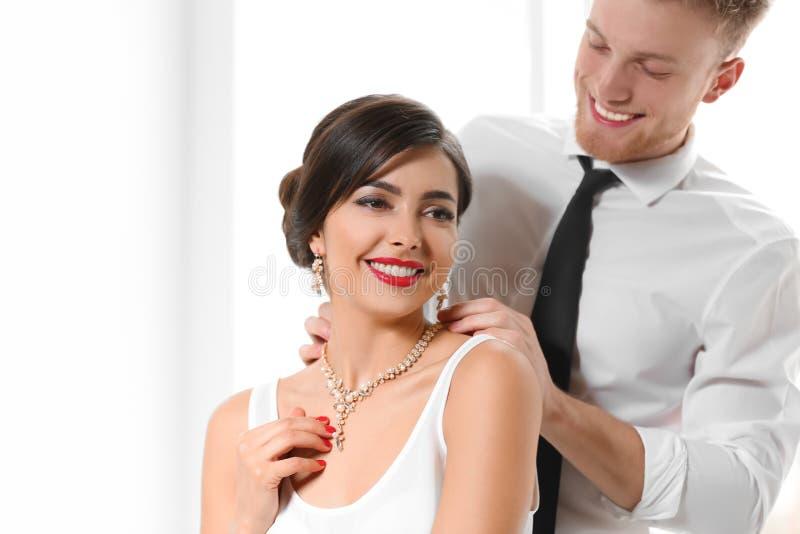 Mężczyzna stawia elegancką biżuterię na pięknej kobiecie fotografia stock