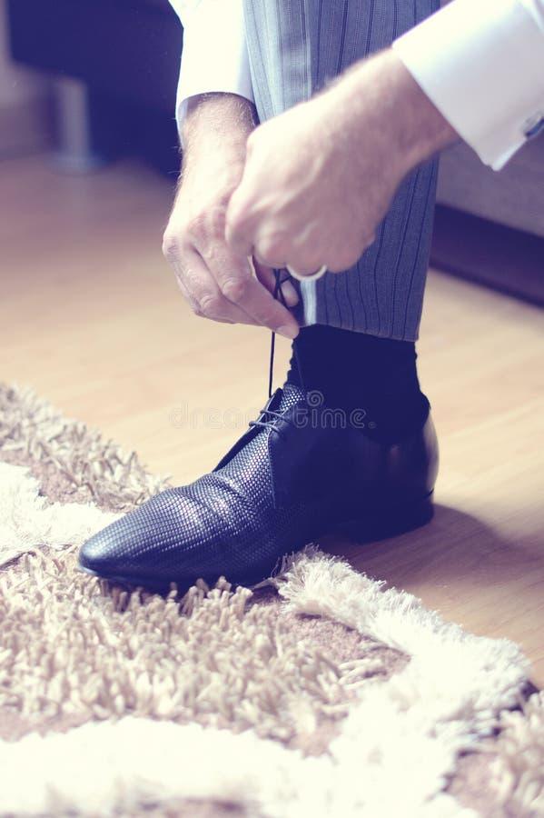 Download Mężczyzna Stawia Jego Buty Dalej Obraz Stock - Obraz złożonej z special, kostium: 57659413