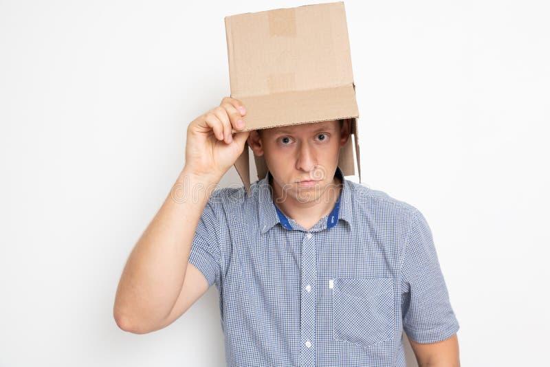 mężczyzna stawia torbę na jego głowie obraz royalty free
