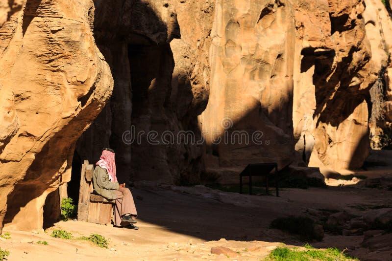 Mężczyzna stitting w małym przejściu między stromymi skałami przy Littl zdjęcia stock