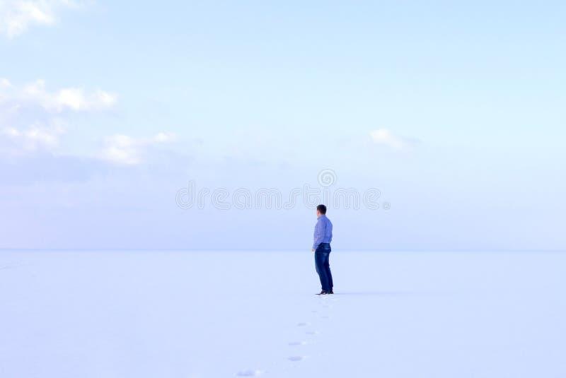 Mężczyzna stoi śmiertelnie poważny brzeg marznącego dennego downshifting sposób relaksuje zimy seascape obraz stock